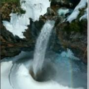 雪氷の滝つぼを空撮 白山山麓「幻の滝」 - 47NEWS(よんななニュース)