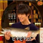 """こなさんはTwitterを使っています: """"新チューボーですよ!で魚かかえる窪田くんがのっけからたまらない。゚(゚´ω`゚)゚。 ぴちぴちアピール。゚(゚´ω`゚)゚。 http://t.co/nR1VgOFYt6"""""""
